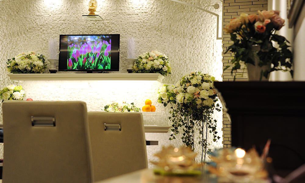 祭壇の真ん中にはテレビが。