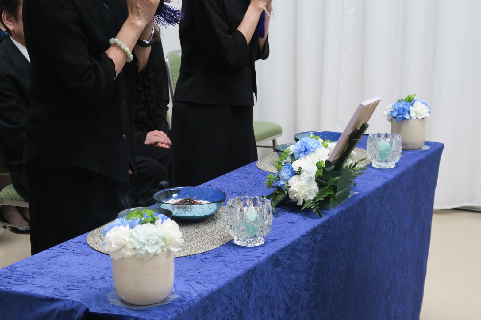 葬儀に参列している画像