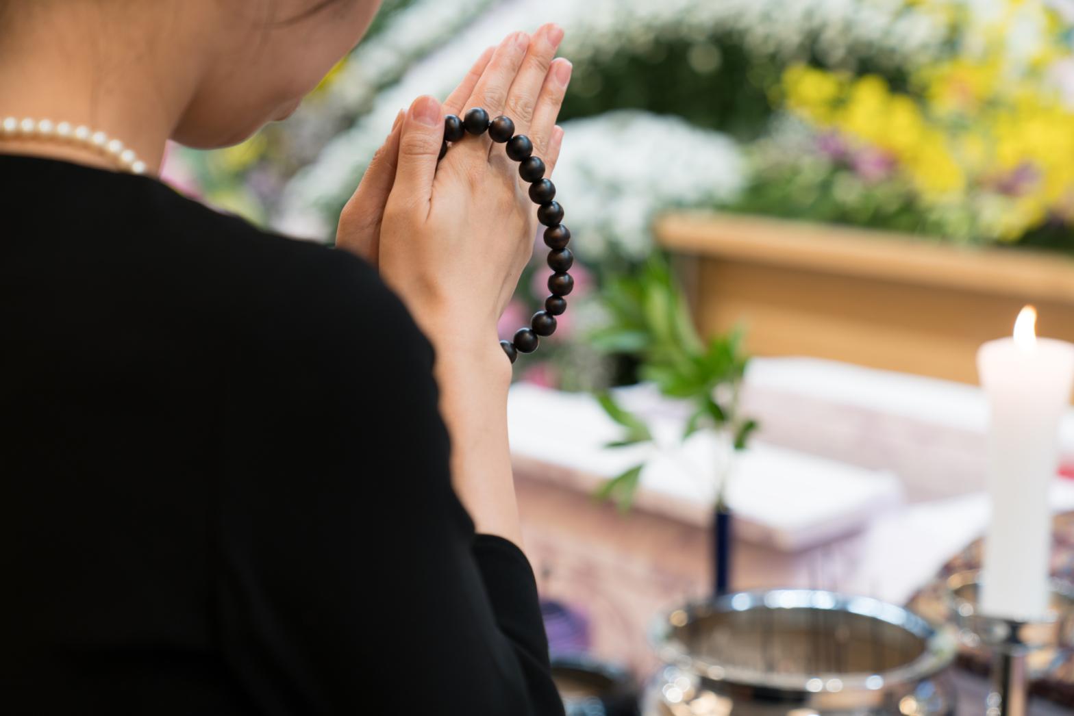 葬儀の際に焼香をあげている参列者